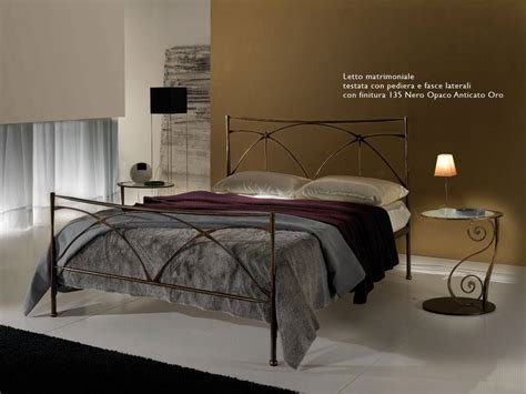 letto contenitore con testata in ferro battuto arredare la da letto dei bambini con un letto in