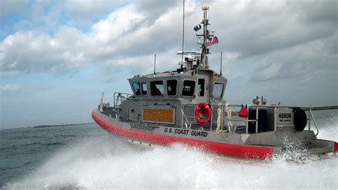 Cost Garde Coast Guard Assists Four Boaters In Distress Near Virginia