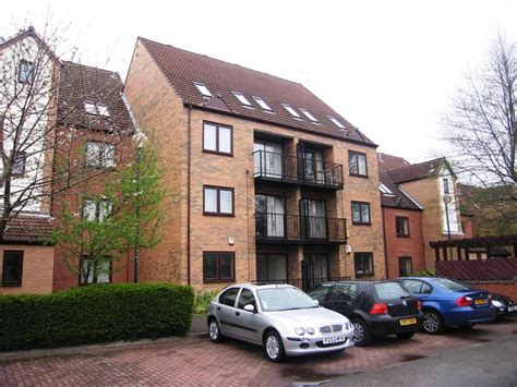 2 bedroom flat to rent in heron wharf castle marina