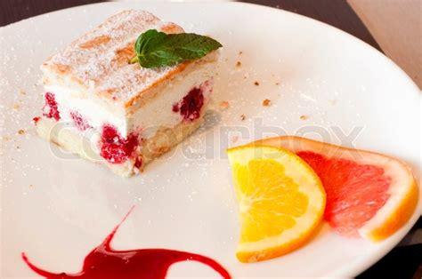 kuchen auf franz sisch kuchen mit fr 252 chten auf einem teller in franz 246 sisch