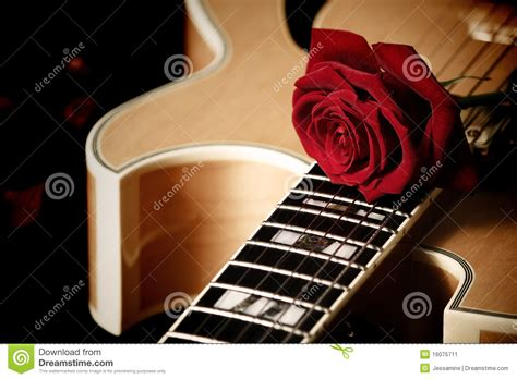 imagenes de guitarras rojas rosa del rojo y guitarra del jazz imagen de archivo