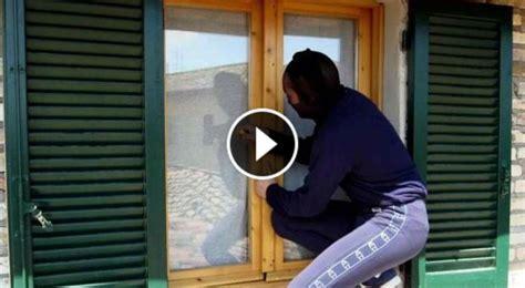 come fanno i ladri ad aprire le porte blindate guardate come i ladri aprono le finestre di casa nostra in