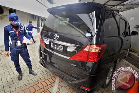 Spion Depan Toyota sindikat congkel spion mobil alphard saat macet di depan gedung dpr antara news