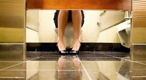 telecamera nel bagno delle donne operaio spione micro telecamera nel bagno aziendale delle