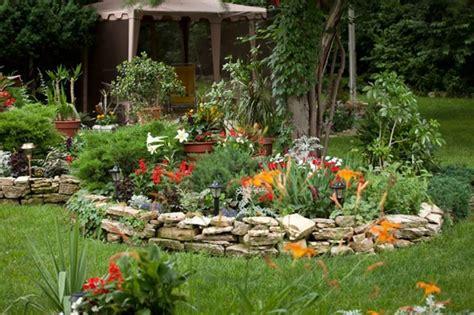 aiuole fiorite con sassi aiuole in pietra tipi di giardini realizzare aiuole in