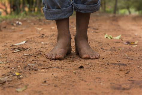 barefoot writer wikipedia file barefoot on red dirt jpg wikimedia commons