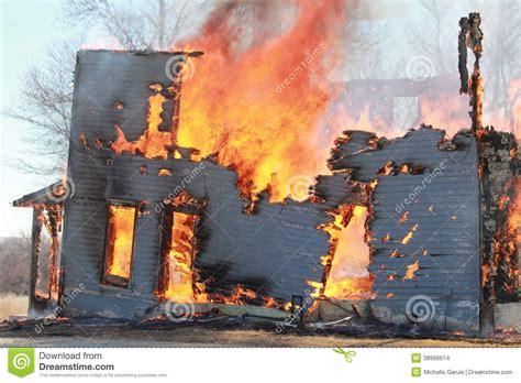 brennendes haus brennendes haus stockfoto bild 38996614