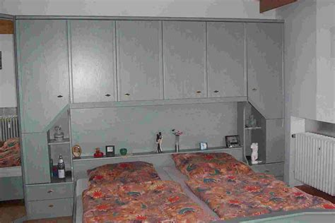 schlafzimmer überbau fliesenspiegel holz