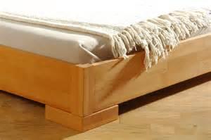 lit en bois naturel
