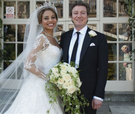 Picture Murals On Walls viscountess weymouth decorates stately home after husband
