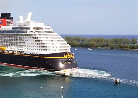 boat crash dream disney cruise ship hits pier at the port of nassau crew