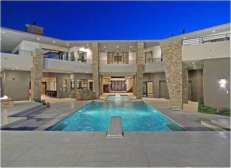 beleuchtung pool bilder luxus villa mit steinverkleidung fassade innenhof