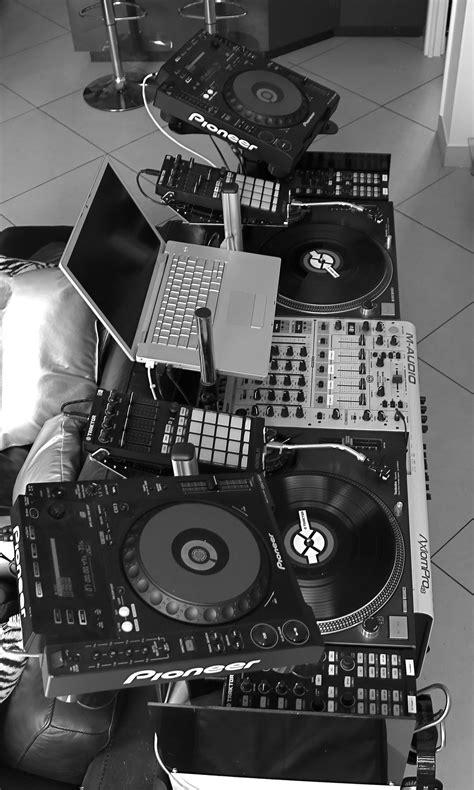 Una banda es menos divertido que un DJ. Yo prefiero un DJ