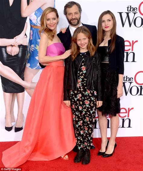 leslie mann husband movie leslie mann joined by judd apatow and daughters at the