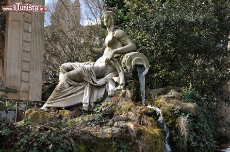 villa borghese giardini scultura all interno giardino di villa foto roma