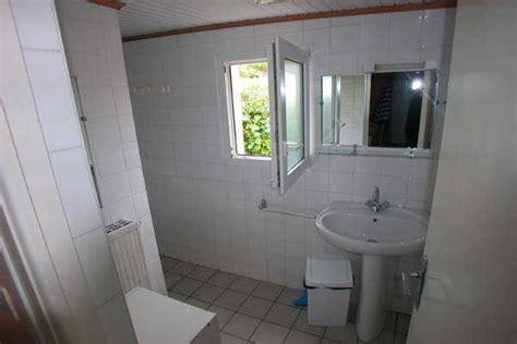Badezimmer Porzellanfliese by Bad Mit Fenster In Der Dusche Massdents Info