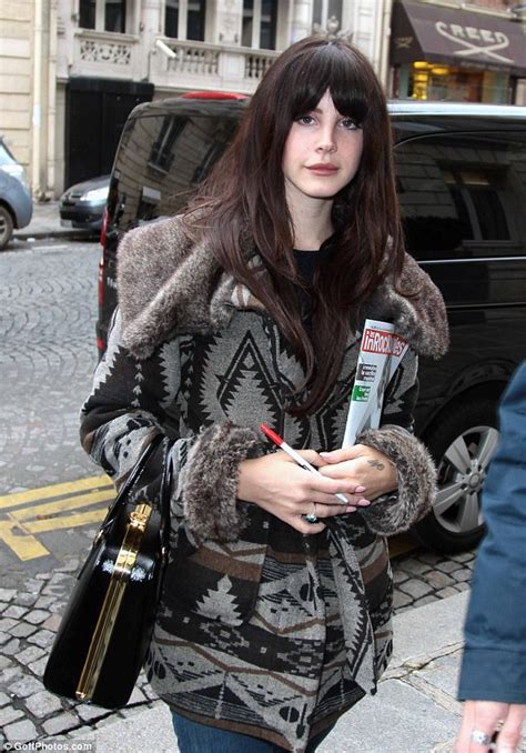 70s hairstyle pictures reporter look lana del rey unveils new fringe and retro hairstyle as she