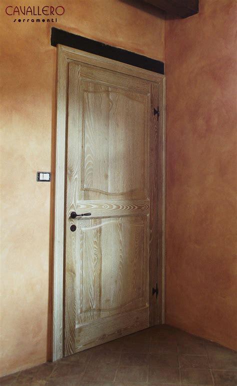 vernice per porte interne porta interna in legno a due pannelli sagomati e finitura