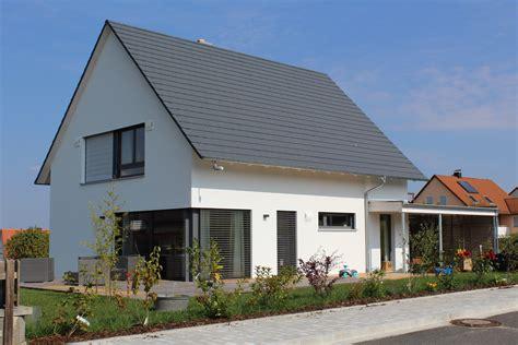 haus satteldach modern einfamilienhaus holzhaus satteldach modern carport modern