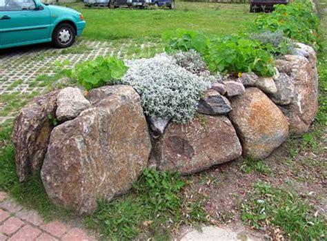 hochbeet aus feldsteinen bauen natursteinmauer als hochbeet