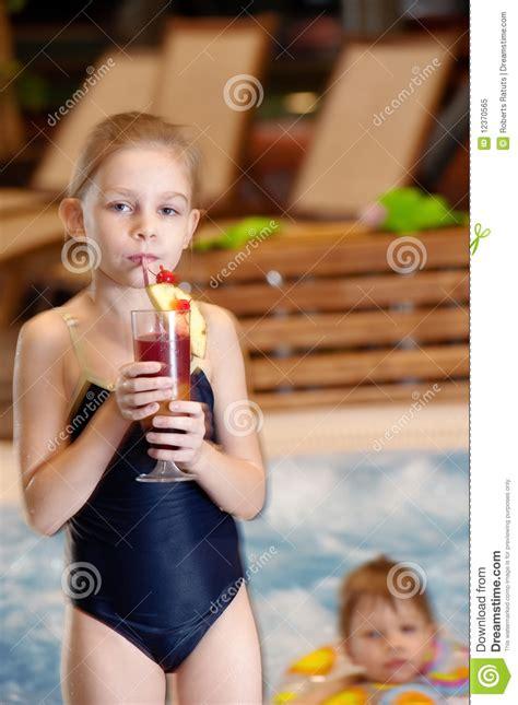 ab wann kindersitzerhöhung kinder im schwimmbad stockbild bild t 228 tigkeit