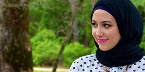 Vania Jilbab Biru Hitam Putih jangan salah pilih warna lihat disini cara padu padan sesuai dengan warna kulitmu
