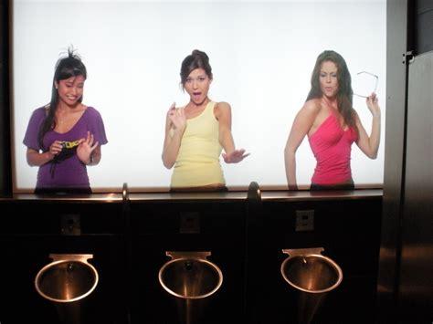 donne nel bagno donne nel bagno degli uomini la gigantografia ti spia