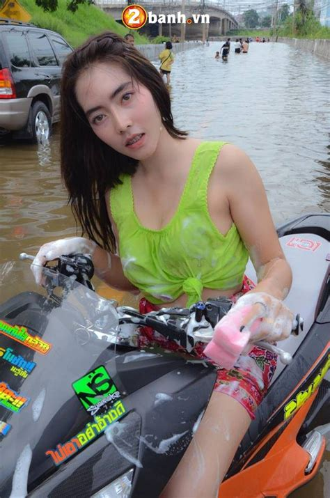 Lu Pcx c 244 n 224 ng gá i cẠm b 234 n pcx 150 ä á trong m 249 a næ á c lå cá a biker