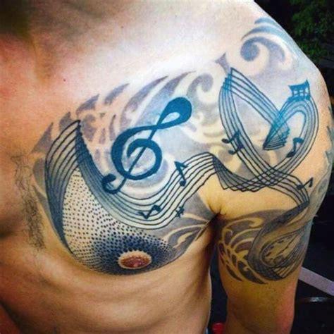 tatuaje en el hombro notas musicales y clave de sol