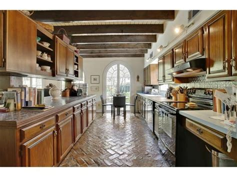 this 3 bed 2 ba cottage split lvl home in country club