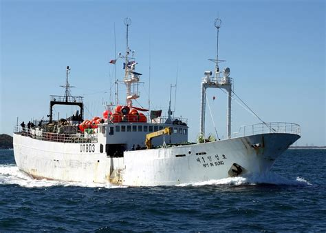 bering sea boat sinks south korean trawler sinks in bering sea
