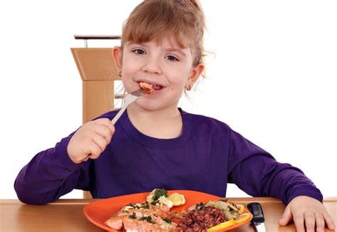 membuat anak suka makan 4 tips agar anak mau makan ikan