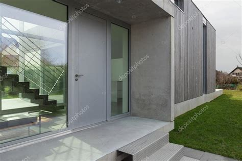 ingresso casa moderna ingresso di una casa moderna foto stock 169 zveiger 107909396