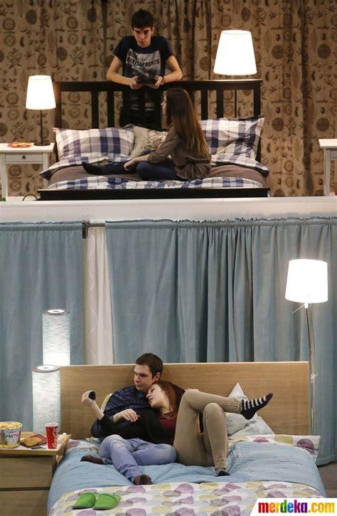 Tempat Tidur Single Atas Bawah foto menikmati kenyamanan nonton bioskop di atas tempat