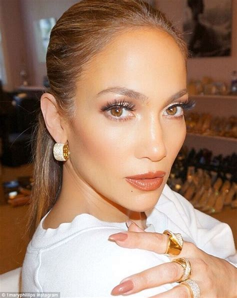 what color of lipstick did jennifer lopez have on on ellens show jennifer lopez dazzles in elegant gown at fashion los