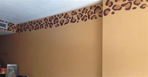 decopared cenefa de leopardo pintada  mano sobre la pared