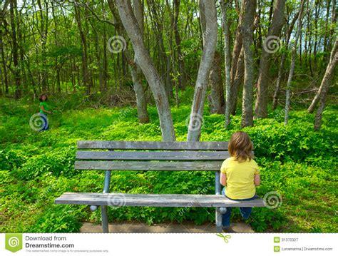 what is benching someone bambini soli tristi guardando la foresta che si siede sul