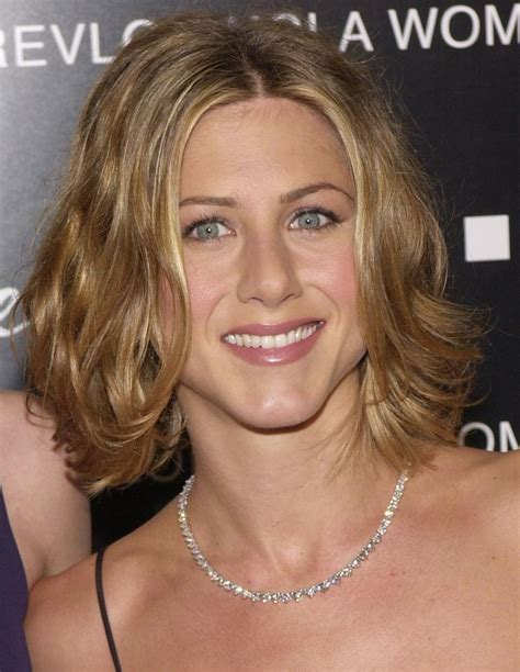 cheveux courts visage ovale aniston s best hairstyles the years