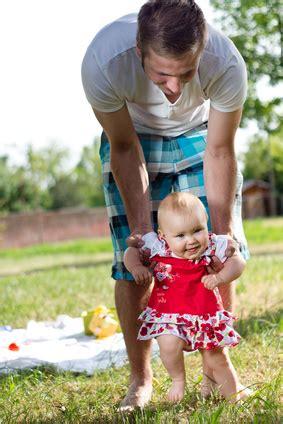 baby wann laufen tipps und tricks rund ums laufen lernen kinderwagen org