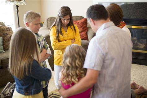 imagenes de la familia rezando family prayer