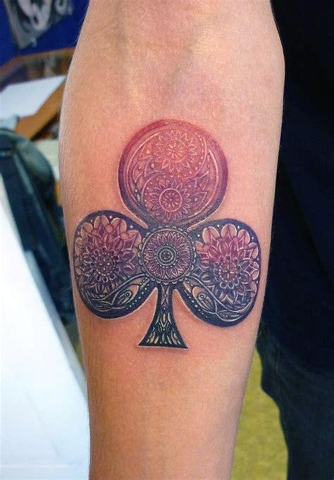 tatuaje de un trebol en el brazo
