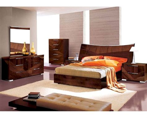 High Gloss Bedroom Furniture Sets Modern Bedroom Set In High Gloss Walnut Finish 33b171
