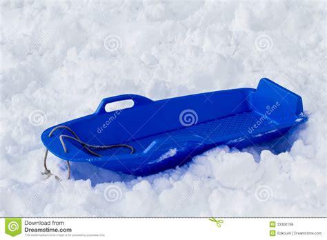 Alat Pres Plastik Jajan blauer schlitten im schnee stockfoto bild fahrt