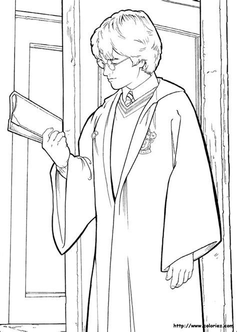 Coloriage Harry Potter Prend Un Livre