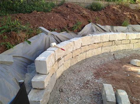 trockenmauer bauen ohne fundament gartengestaltung trockenmauer aus naturstein bauen