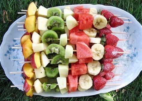comment cuisiner des 駱inards frais recette de brochettes de fruits frais la recette facile