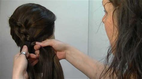 peinados de escolta trenza de raiz invertida en diagonal suelta o recogida