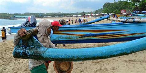 membuat puisi tentang nelayan cuaca buruk nelayan pantai sendang biru takut melaut