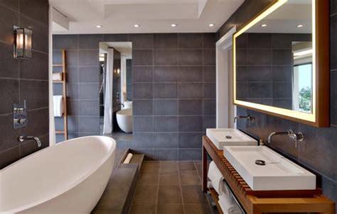 dans la salle de bains une estrade cache les canalisations