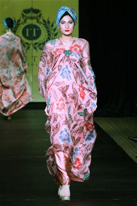 Batik Halus Iwan Tirta 26 batik kaftan collection by iwan tirta glowlicious